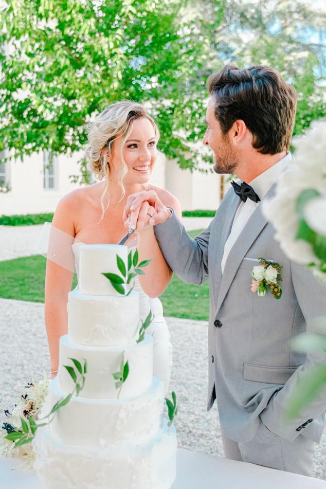 Découpe du gateau de mariage lors d'une réception de Sabeha Brunet, Wedding Planner pour mariage et évènements haut de gamme - Arcachon, Bordeaux, Saint-Emilion