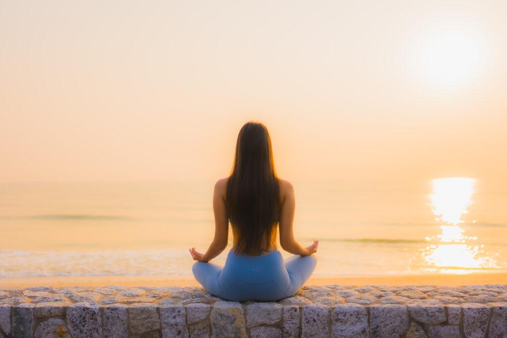 Lâcher prise grâce à la pratique du yoga - Légende : Les bienfaits du yoga se ressentent au quotidien - Image libre de droits - Source : Freepick