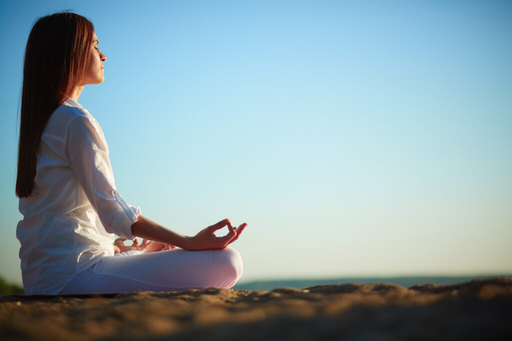 Le green yoga pour se reconnecter à la nature - Légende : Se concentrer sur l'essentiel en pratiquant le green yoga - Image libre de droits - Source : Freepick
