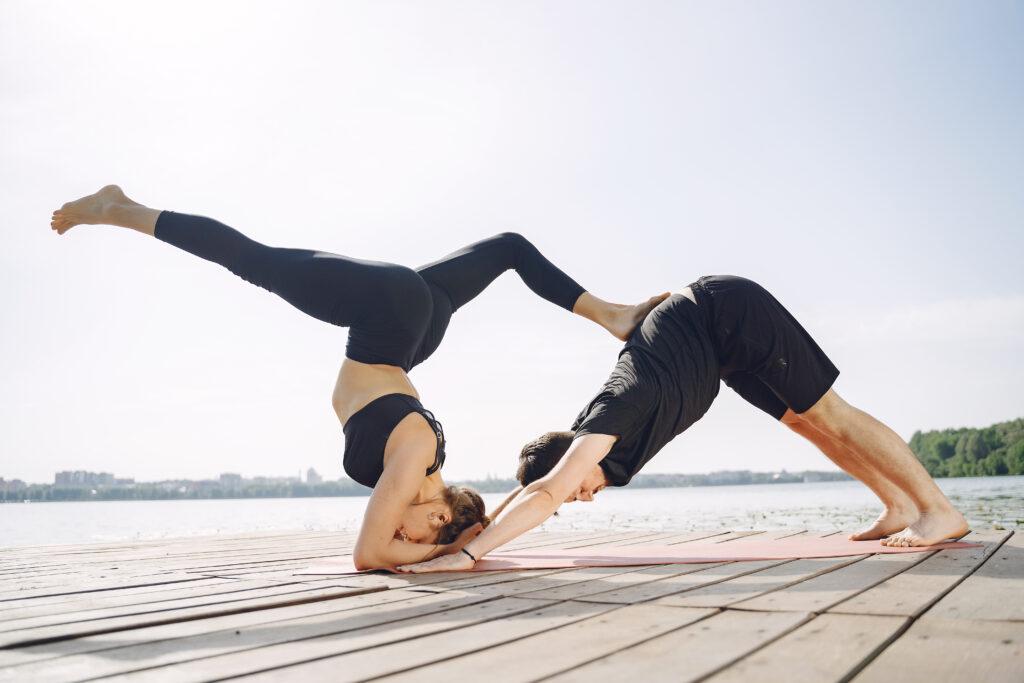 L'acroyoga, une discipline acrobatique et tendance – Légende : L'acroyoga développe la complicité entre les pratiquants - Image libre de droits - Source : Freepick